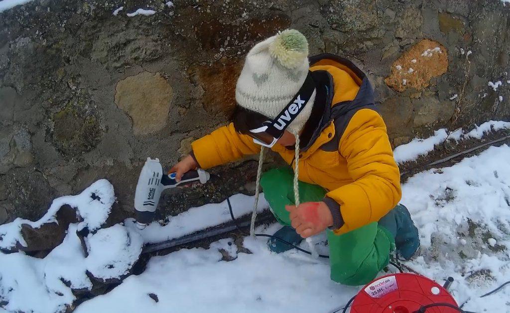 İşten o kadar sıkıldım ki, sonunda işi yapmaya çok meraklı bir gönüllü buldum. Gerçi kendisi borular yerine etraftaki karları eritmeyi tercih etti.